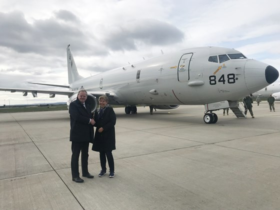 State secretary Tone Skogen with Guto Bebb, Minister for Defence Procurement in the UK, in front of a US Navy Boing P-8A Poseidon.