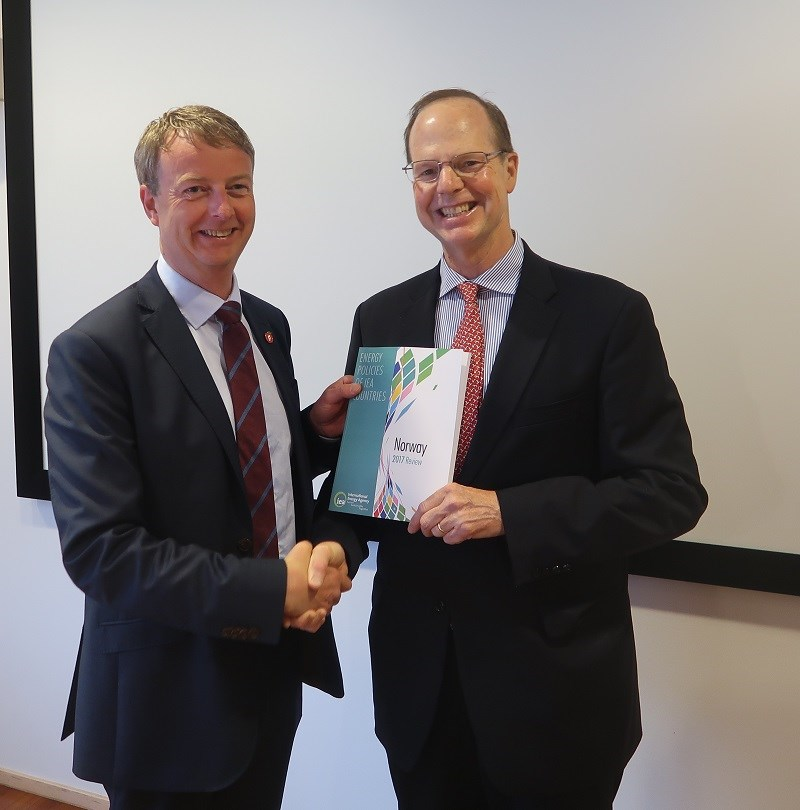 The IEA's Paul Simons (right) hands over the report to Norwegian Minister of Petroleum and Energy Terje Søviknes (left). (Photo:MPE).