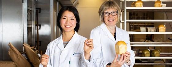 Shiori Koga og Anne Kjersti Uhlen måler glutenkvaliteten og kontrollerer bakeevnen