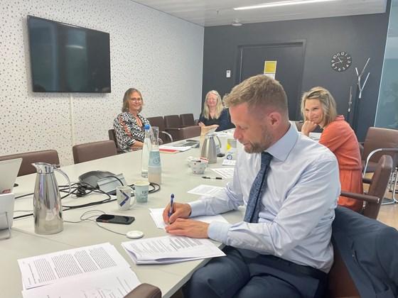 Helseminister Bent Høie signerer intensjonsavtalen på et digitalt møte med næringslivsgruppa.