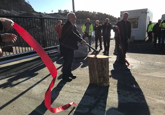 Landbruks- og matminister Bård Hoksrud åpnet den nye Strømsvika tømmerkai i Mandal.