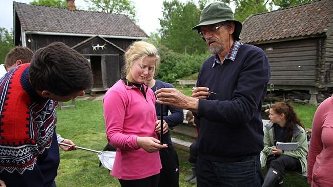 Husmannsplassen er godt benyttet av studenter og andre som ønsker å oppleve og lære mer om kulturlandskapets mange dyre- og plantearter. Her er naturfagslæreren Jan Ingar Båtvik sammen med sine studenter fra Høgskolen i Østfold.