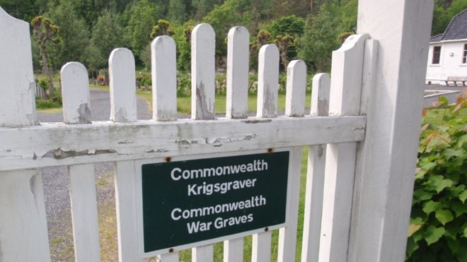 "Bilde av port inn til Risør kirkegård med skiltet ""Commonwealth Krigsgraver / Commonwealth War Graves""."