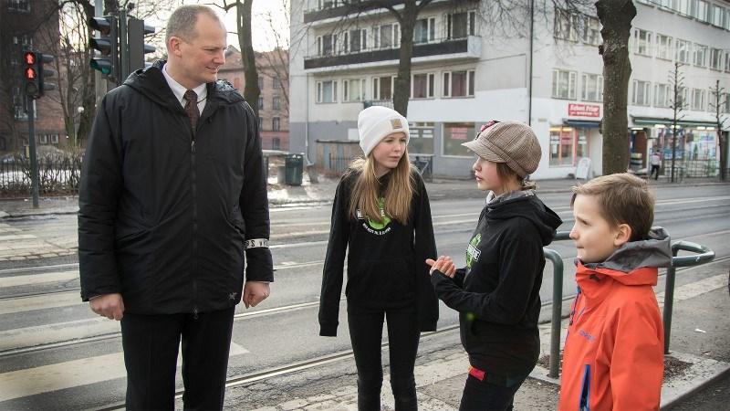 Elever ved Lakkegata skole i Oslo møter samferdselsminister Solvik-Olsen