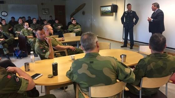 Statssekretær Øystein Bø møtte de ansatte fra Luftforsvaret på sitt besøk til Bardufoss.