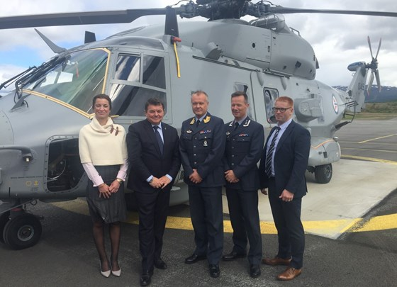 Statssekretæren sammen med representanter for Forsvarsbygg (byggherre) og Luftforsvaret (bruker).