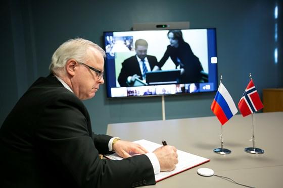 Der stellvertretende Ministerrat Morten Berg (Delegationsleiter) unterzeichnete das Abkommen auf norwegischer Seite