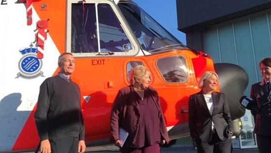 Forsvarsminister Frank Bakke-Jenssen, statsminister Erna Solberg og justis- og beredskapsminister Monica Mæland foran nytt redningshelikopter på Sola.