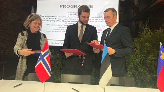 Minister of EEA and EU Affairs Frank Bakke-Jensen signing the new cooperation programmes under the EEA and Norway grants. Here together with Iceland's ambassador to Helsinki, Kristin A. Arnadottir and minister of health and labor, Jevgeni Ossinovski. Photo: Maria Martens, MFA