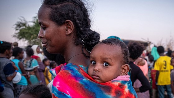 A mother waiting for food in a refugee camp in Sudan. The UN estimates that 60.000 have fled from the Tigray region in Ethiopia to neighbour Sudan. Credit: Joost Bastmeijer, WFP/Arete