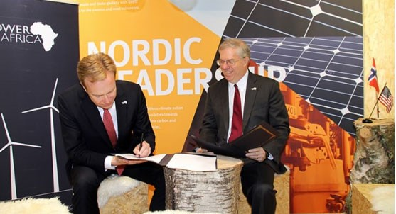 Foreign Minister Børge Brende signs the agreement with Power Africa, Eric Postel (right) . Photo: V.L. Salvesen, MFA
