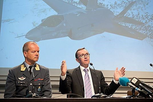Chief of The Air Force Major General Finn Kristian Hannestad and Defence Minister Espen Barth Eide at the press conference 15 June 2012
