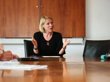 Kulturminister Anniken Huitfeldt under pressekonferansen 21. mai 2010. Foto: KUD